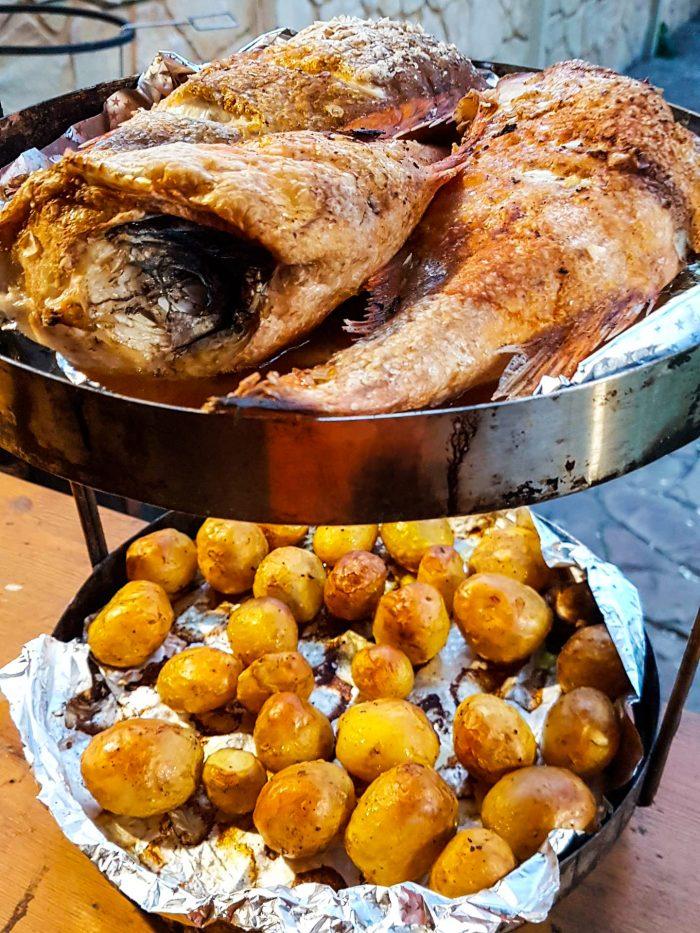 Морской окунь с картошкой в тандыре.