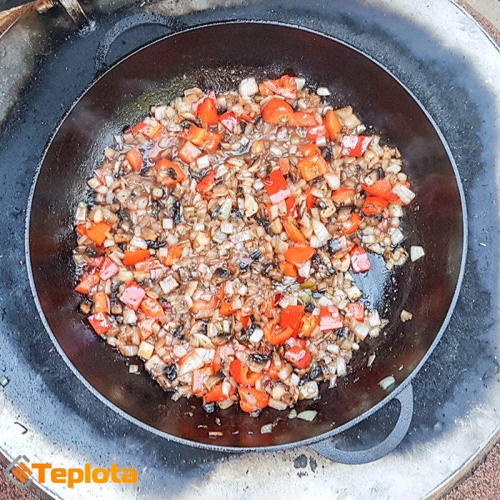 Обжариваем овощи на огне из тандыра